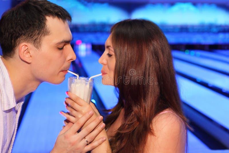 γυναίκα γάλακτος ανδρών ποτών κοκτέιλ μαζί στοκ φωτογραφίες με δικαίωμα ελεύθερης χρήσης