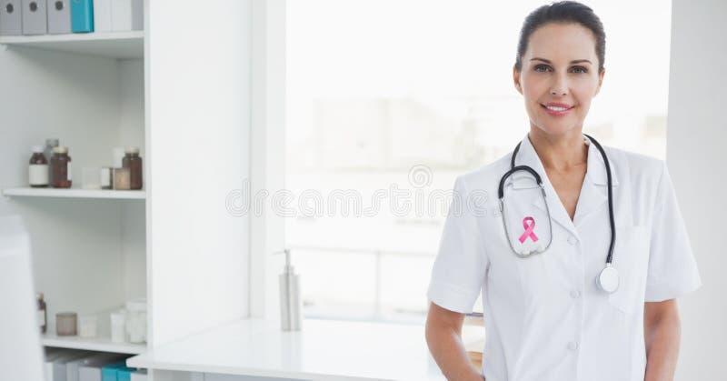 Γυναίκα γιατρών με την κορδέλλα συνειδητοποίησης καρκίνου του μαστού στοκ εικόνες