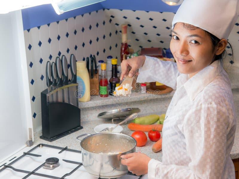 Γυναίκα για να μαγειρεψει στην κουζίνα στοκ φωτογραφίες με δικαίωμα ελεύθερης χρήσης