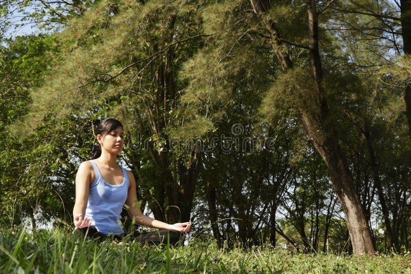 Γυναίκα γιόγκας στοκ εικόνα με δικαίωμα ελεύθερης χρήσης