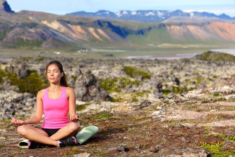 Γυναίκα γιόγκας Meditating στην περισυλλογή στη φύση στοκ εικόνες με δικαίωμα ελεύθερης χρήσης