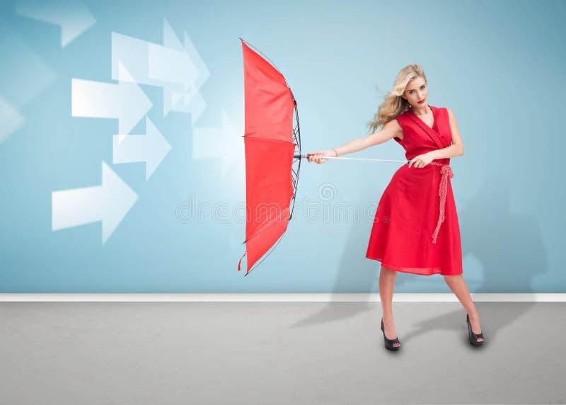 Γυναίκα γοητείας που κρατά μια ομπρέλα στοκ εικόνες