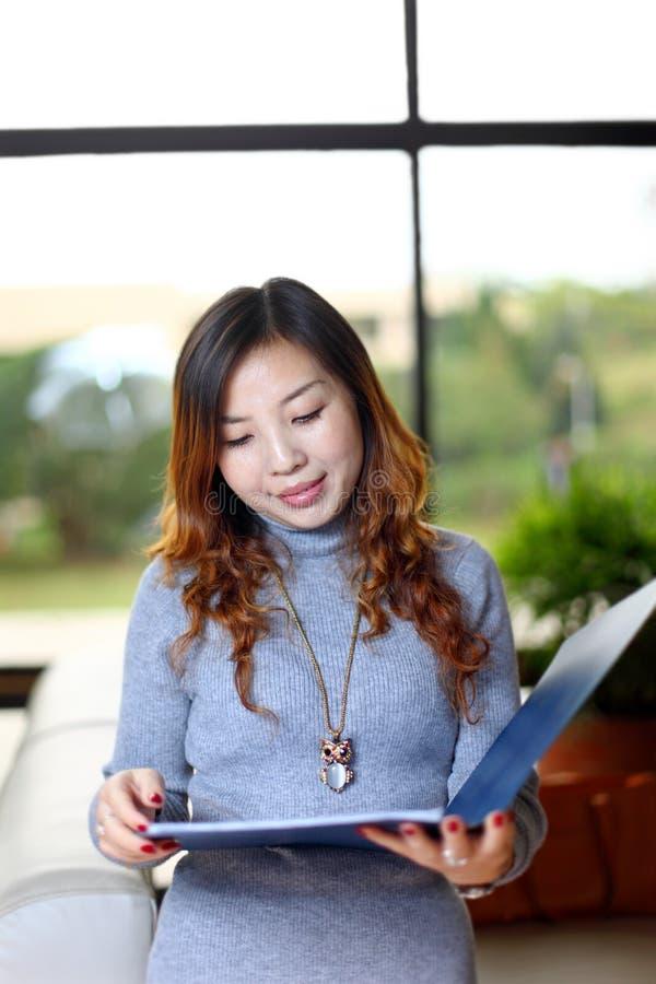 γυναίκα γραφείων εκμετά&lambd στοκ φωτογραφία με δικαίωμα ελεύθερης χρήσης