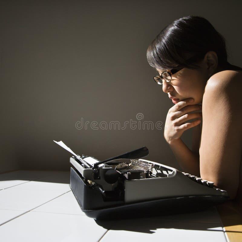 γυναίκα γραφομηχανών στοκ φωτογραφίες με δικαίωμα ελεύθερης χρήσης