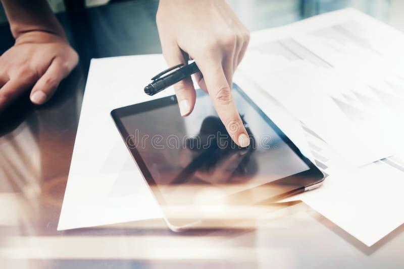 Γυναίκα εικόνας που απασχολείται στη σύγχρονη ταμπλέτα, σχετικά με τη μαύρη κενή οθόνη Διαδικασία εργασίας επένδυσης χρηματοδότησ στοκ εικόνα με δικαίωμα ελεύθερης χρήσης