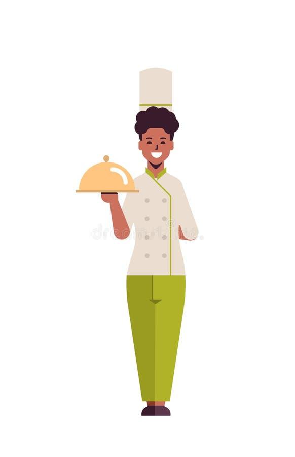 Γυναίκα επαγγελματίας μάγειρας που κρατά καλυμμένα πιατέλα που σερβίρουν τρέιλερ αφρικανή αμερικανίδα εργαζόμενη σε εστιατόριο με ελεύθερη απεικόνιση δικαιώματος