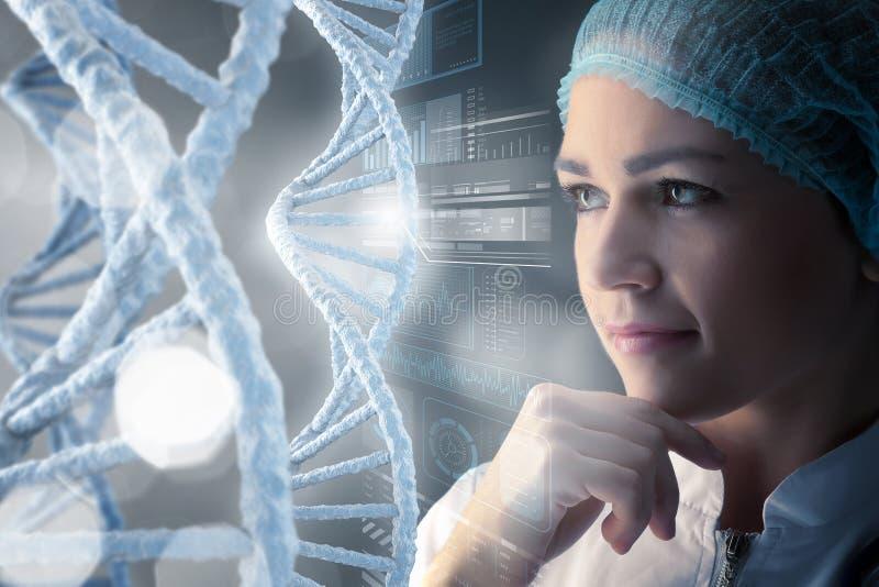 Γυναίκα επιστημόνων που εργάζεται στο εργαστήριο Μικτά μέσα στοκ φωτογραφία