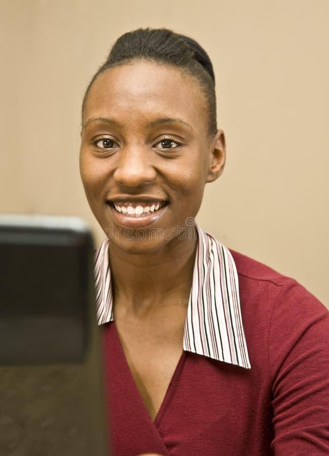 γυναίκα επιχειρησιακών σπουδαστών αφροαμερικάνων στοκ εικόνες