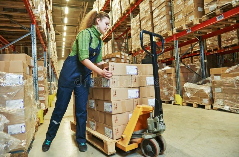 Γυναίκα εργαζόμενος αποθηκών εμπορευμάτων στην εργασία στοκ εικόνα με δικαίωμα ελεύθερης χρήσης