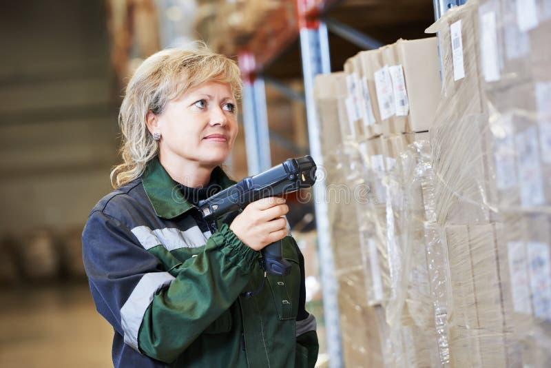 Γυναίκα εργαζόμενος αποθηκών εμπορευμάτων στην εργασία στοκ εικόνες