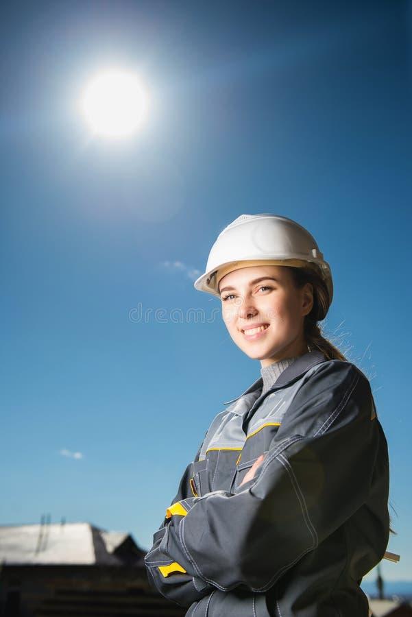 Γυναίκα εργαζόμενος σε μια κατασκευή στοκ φωτογραφία με δικαίωμα ελεύθερης χρήσης