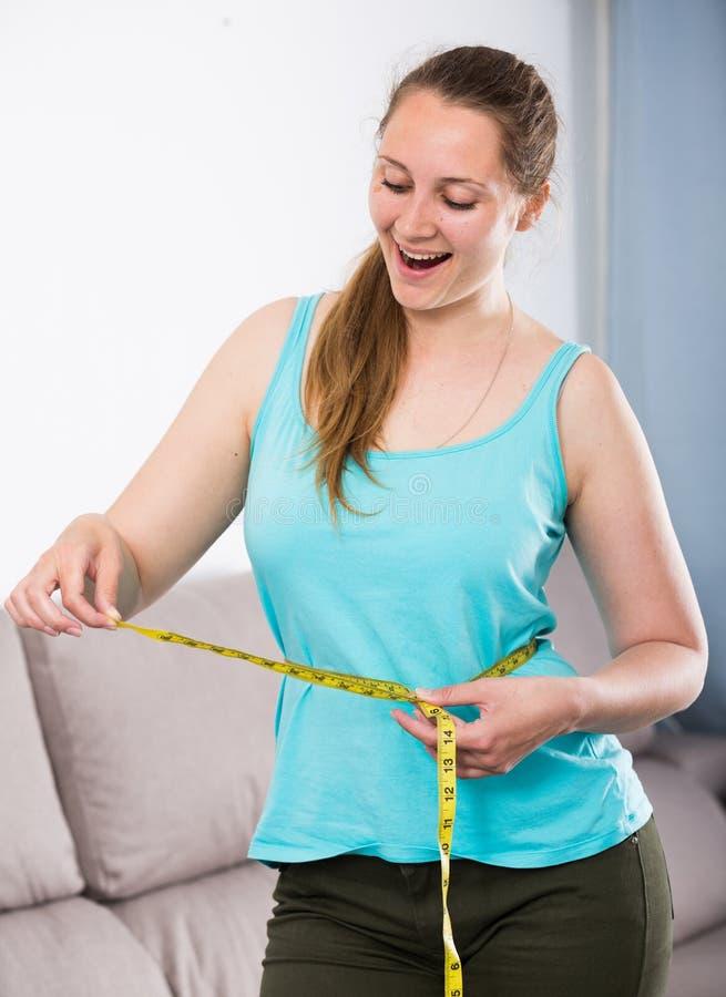 Γυναίκα ευτυχής να χάσει το βάρος στοκ εικόνες