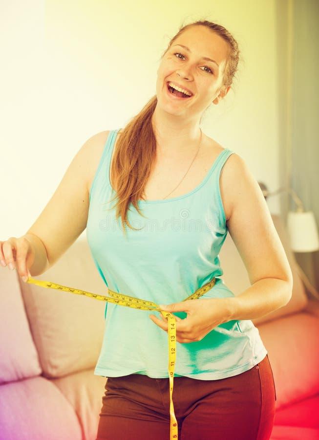 Γυναίκα ευτυχής να χάσει το βάρος στοκ φωτογραφία