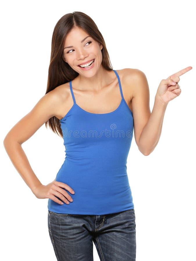 Γυναίκα ευτυχή που απομονώνεται που δείχνει στοκ εικόνα με δικαίωμα ελεύθερης χρήσης