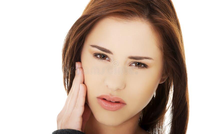 Γυναίκα εφήβων που έχει έναν φοβερό πόνο δοντιών στοκ εικόνα με δικαίωμα ελεύθερης χρήσης