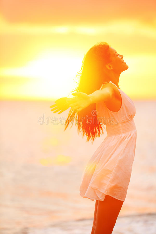 Γυναίκα ελευθερίας που απολαμβάνει αισθαμένος ευτυχή ελεύθερο στην παραλία στοκ φωτογραφία με δικαίωμα ελεύθερης χρήσης