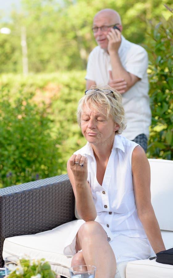Γυναίκα ζηλότυπη του συζύγου της, στοκ εικόνα με δικαίωμα ελεύθερης χρήσης