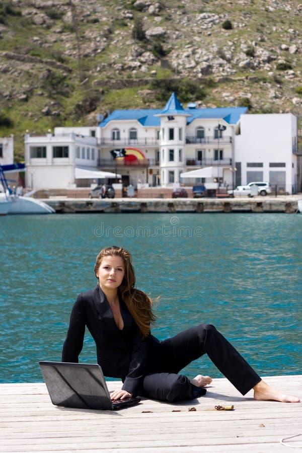 Download γυναίκα θάλασσας lap-top στοκ εικόνες. εικόνα από δακτυλογράφηση - 13179790