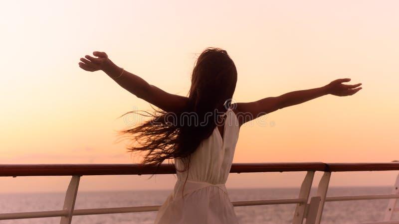Γυναίκα διακοπών κρουαζιερόπλοιων που απολαμβάνει το ταξίδι ηλιοβασιλέματος στοκ φωτογραφία