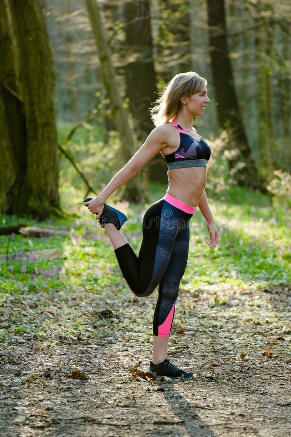 Γυναίκα ικανότητας, νέο όμορφο αθλητικό κορίτσι που προετοιμάζεται να τρέξει στοκ φωτογραφίες με δικαίωμα ελεύθερης χρήσης