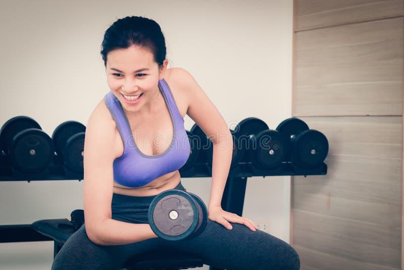 Γυναίκα ικανότητας ομορφιάς που κάνει τις ασκήσεις Έννοια του υγιούς lifestyl στοκ φωτογραφία με δικαίωμα ελεύθερης χρήσης