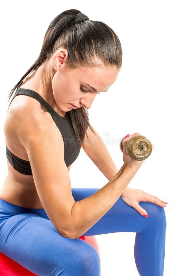 Γυναίκα ικανότητας που ασκεί με τα barbells workout στη γυμναστική στο απομονωμένο άσπρο υπόβαθρο στοκ εικόνες