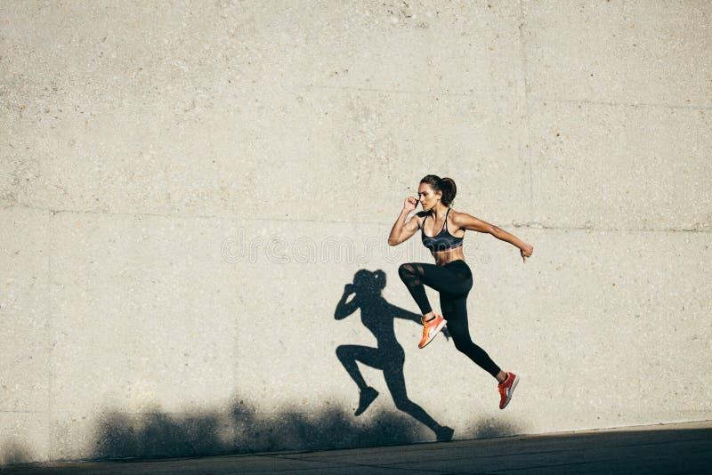 Γυναίκα ικανότητας που κάνει την καρδιο άσκηση στοκ εικόνα με δικαίωμα ελεύθερης χρήσης