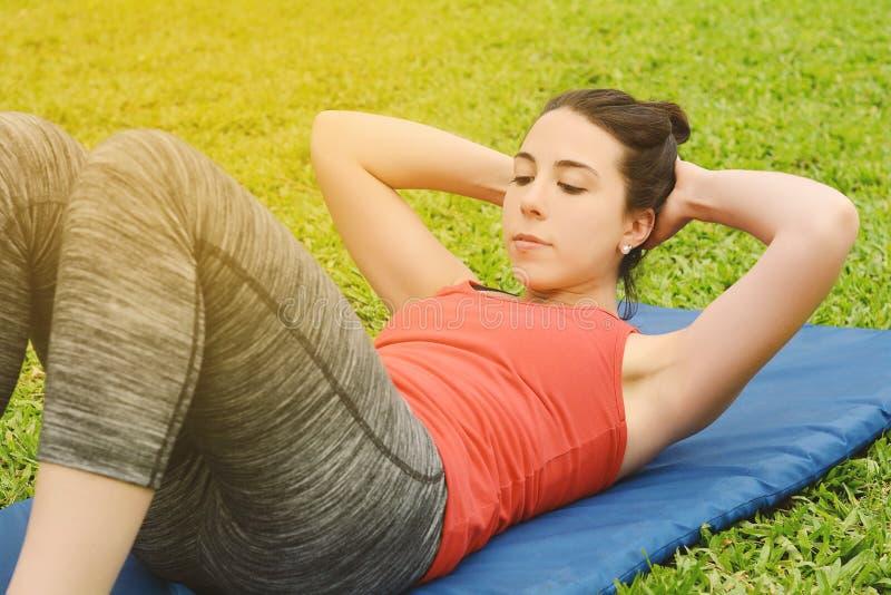 Γυναίκα ικανότητας που κάνει τις κρίσιμες στιγμές στη γυμναστική στοκ εικόνα