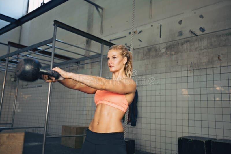 Γυναίκα ικανότητας που κάνει crossfit την άσκηση στοκ εικόνες με δικαίωμα ελεύθερης χρήσης