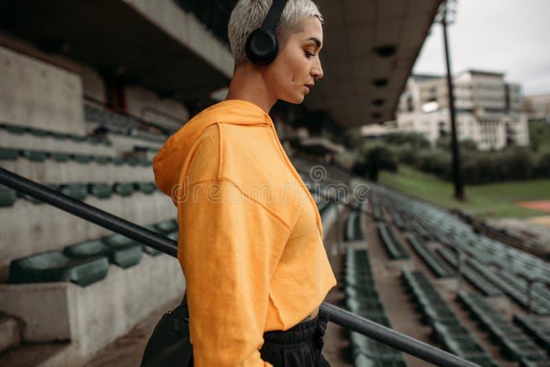 Γυναίκα ικανότητας που περπατά κάτω από τα σκαλοπάτια ενός σταδίου στοκ εικόνα