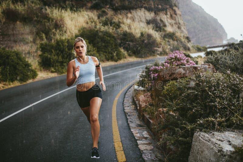 Γυναίκα ικανότητας που τρέχει στην εθνική οδό επαρχίας στοκ φωτογραφία με δικαίωμα ελεύθερης χρήσης