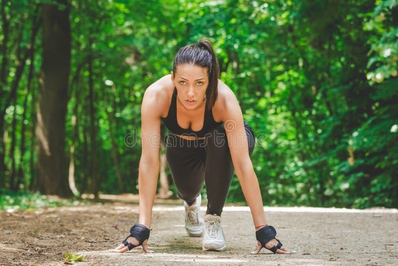 Γυναίκα ικανότητας sprinter που προετοιμάζεται να τρέξει στοκ φωτογραφία με δικαίωμα ελεύθερης χρήσης