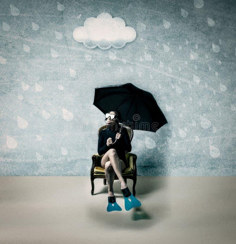 Γυναίκα κάτω από τη βροχή με το φόρεμα δυτών στοκ φωτογραφίες