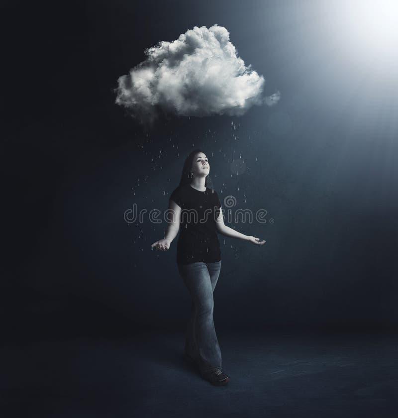 Γυναίκα κάτω από το σύννεφο βροχής στοκ φωτογραφία με δικαίωμα ελεύθερης χρήσης