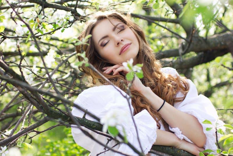 γυναίκα κήπων άνθισης ονειρεμένος στοκ φωτογραφία