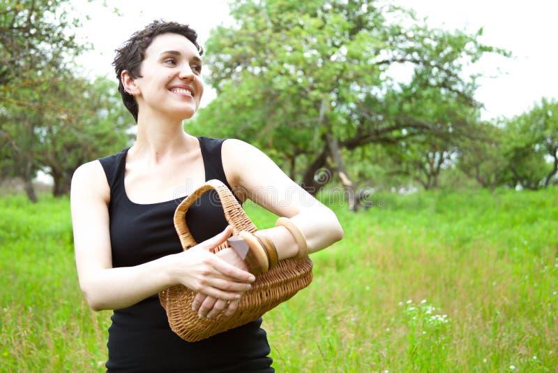γυναίκα κήπων καλαθιών στοκ φωτογραφίες
