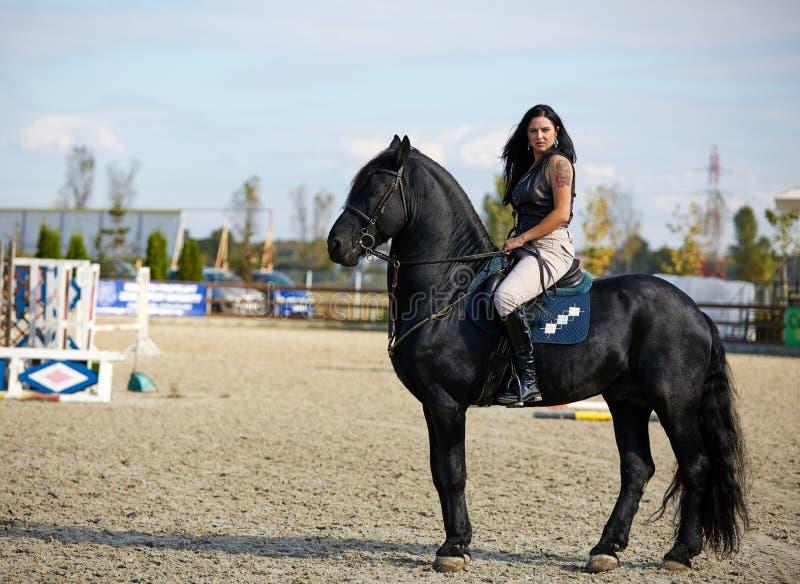 Γυναίκα καβάλλα σε ένα άλογο στοκ φωτογραφία με δικαίωμα ελεύθερης χρήσης