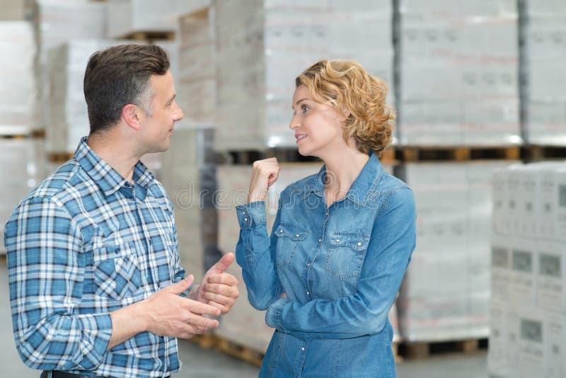 Γυναίκα και άνδρας κατά τη διάρκεια της invertory διαχείρισης αποθηκών εμπορευμάτων στοκ εικόνες με δικαίωμα ελεύθερης χρήσης