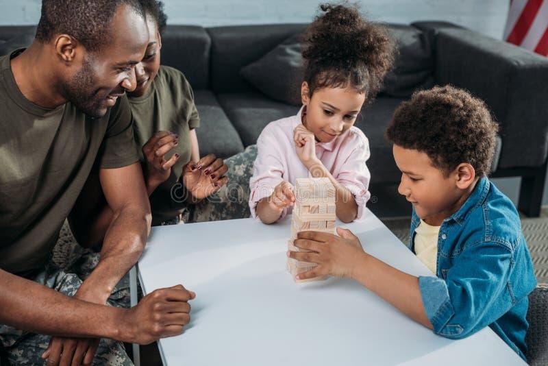 Γυναίκα και άνδρας στο στρατό ομοιόμορφο με τα παιδιά τους στοκ φωτογραφία