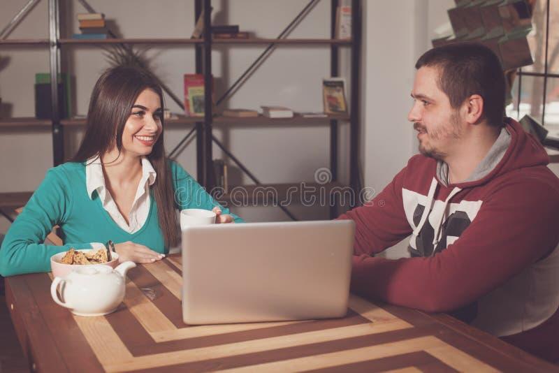 Γυναίκα και άνδρας στον πίνακα ther στοκ φωτογραφία με δικαίωμα ελεύθερης χρήσης
