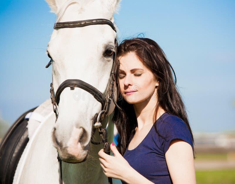 Γυναίκα και άλογο Στενή επάνω, μπλε μπλούζα πορτρέτου στοκ φωτογραφίες