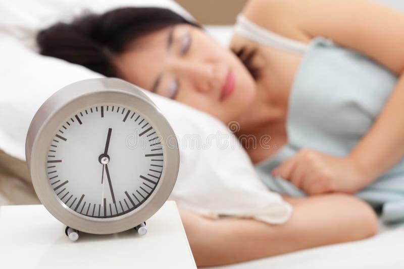 Γυναίκα και 'Ένδειξη ώρασ' ύπνου στοκ φωτογραφίες