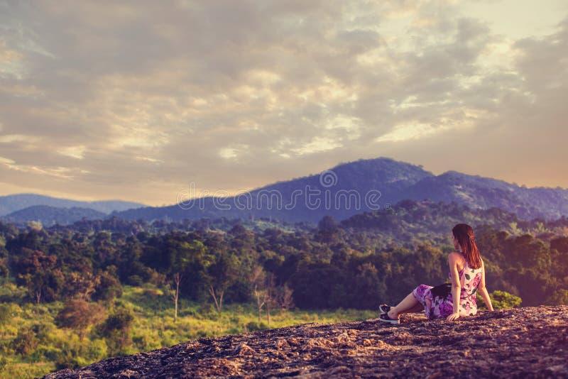 Γυναίκα και βουνά στοκ εικόνα