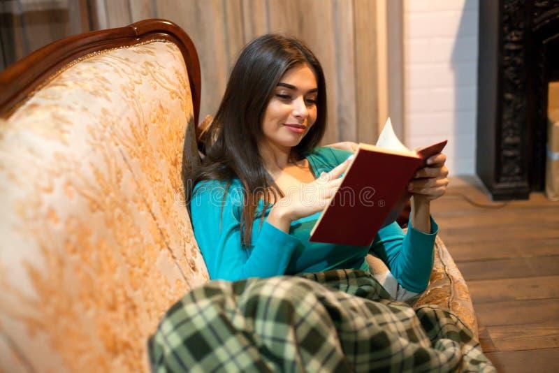 Γυναίκα και ενδιαφέρουσες σελίδες βιβλίων ` s στοκ εικόνες