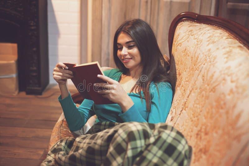 Γυναίκα και ενδιαφέρουσες σελίδες του κόκκινου βιβλίου στοκ φωτογραφίες με δικαίωμα ελεύθερης χρήσης
