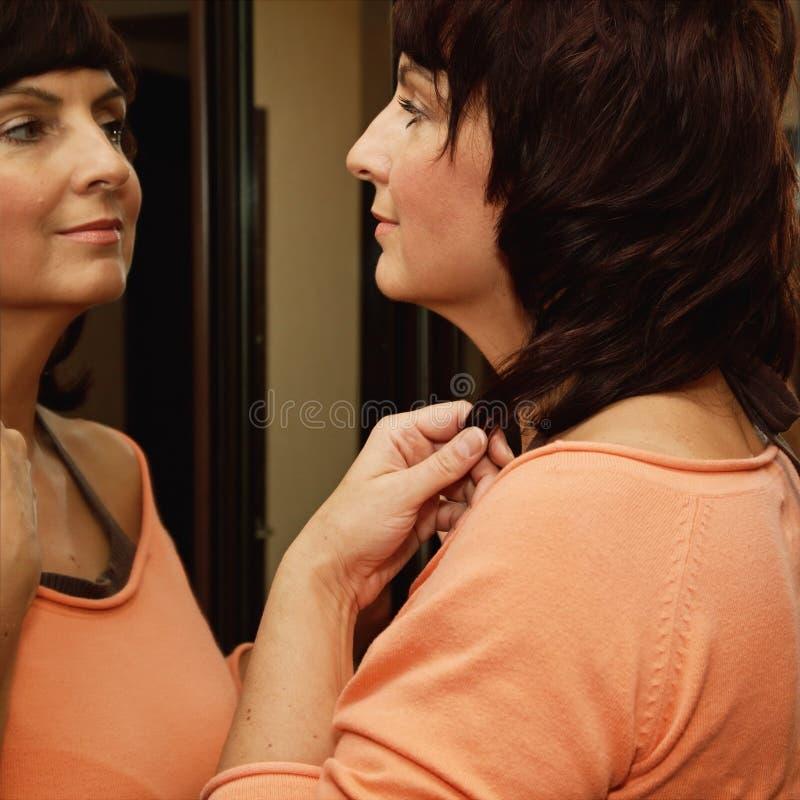 Γυναίκα και καθρέφτης στοκ φωτογραφίες με δικαίωμα ελεύθερης χρήσης