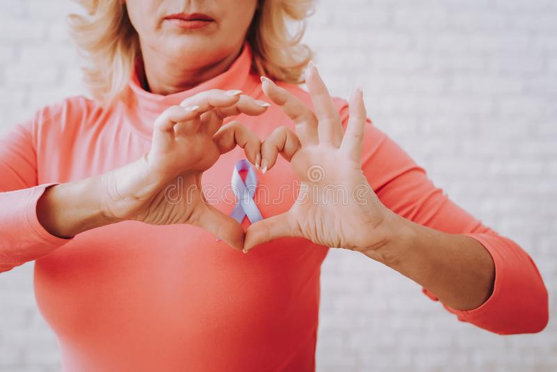 Γυναίκα και καρδιά για τον καρκίνο Γυναίκα και καρδιά στοκ εικόνες με δικαίωμα ελεύθερης χρήσης