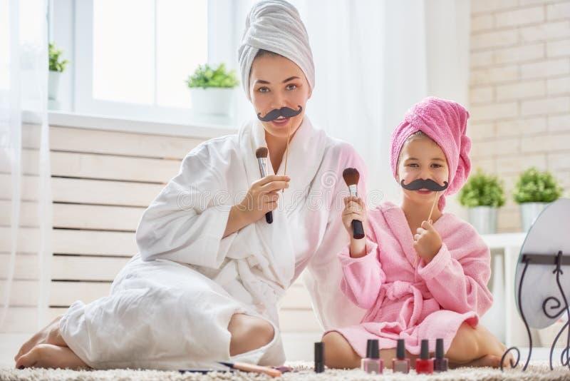 Γυναίκα και κορίτσι με το mustache στα ραβδιά στοκ εικόνες με δικαίωμα ελεύθερης χρήσης