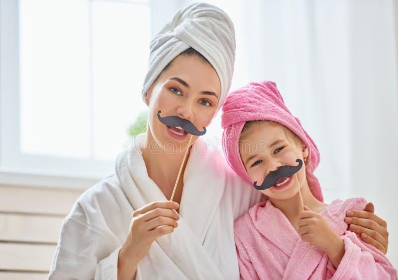 Γυναίκα και κορίτσι με το mustache στα ραβδιά στοκ φωτογραφίες με δικαίωμα ελεύθερης χρήσης