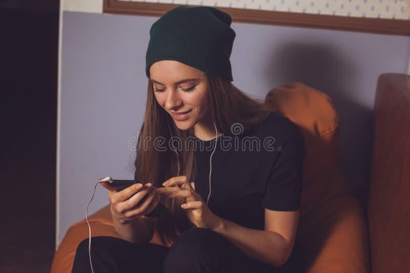Γυναίκα και μουσική στοκ εικόνες με δικαίωμα ελεύθερης χρήσης